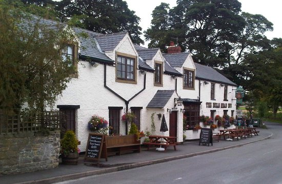 The Bull's Head Inn Foolow Restaurant: outside view in the summer