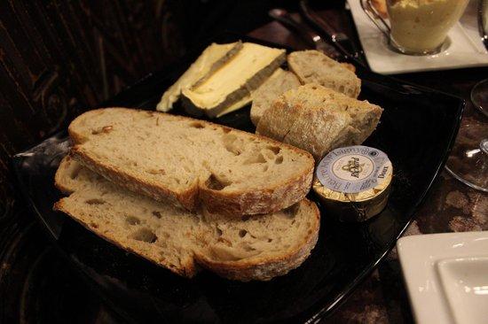 Big Ben Bar: pain, beurre AOP d'Isigny, Saint Nectaire