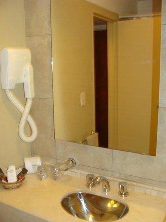 Raices Esturion Hotel : El baño con todas las comodidades