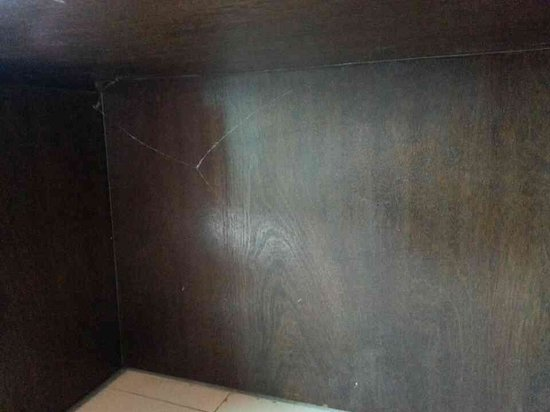 Chaweng Palace Hotel: Old spiderweb under the vanity table