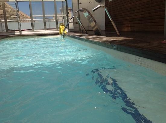 Hospes Amerigo: onder water ook veel plekken met losse tegels! algemene pict zwembad
