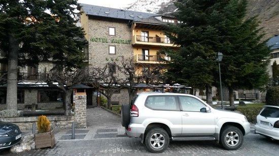 Hotel Saurat: Fachada y parking delante del hotel