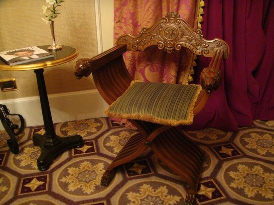The St. Regis Florence : обстановка номера Premium deluxe room arno view  на 4 этаже