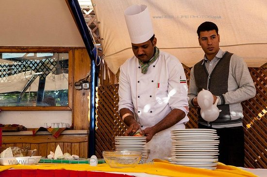 Turquoise Beach Hotel: food preparation on inclusive pizza day at beach restaurant