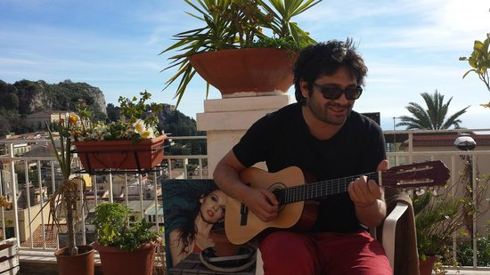 Hostel Taormina : View from the balcony 4 - Paul playing guitar
