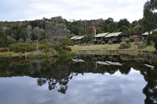 Peppers Cradle Mountain Lodge: Cabins on the edge of the lake at the lodge