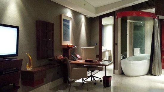 Vasca Da Bagno In Camera Da Letto : Camera da letto marrone con vasca da bagno di moda fotografie