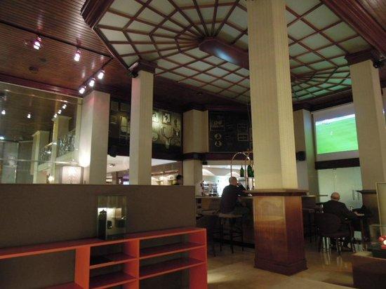 Ayre Hotel Astoria Palace : long bar