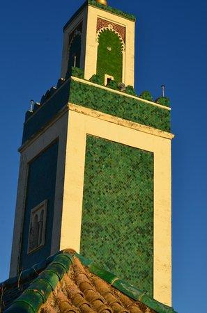 Bou Inania Medersa: minareto  dalle camere studenti primo piano