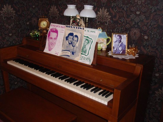 Abilene's Victorian Inn Bed & Breakfast: piano played by Nat King Cole