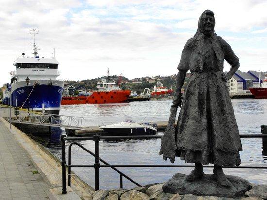 Kristiansund, Noruega: statua e peschereccio
