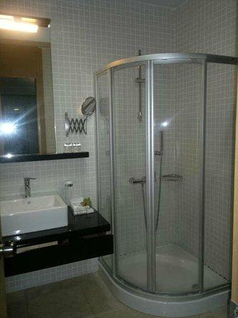 Ansen Suites: Banheiro espaçoso