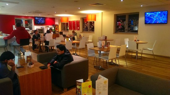 Travelodge Bracknell Central: Dining area at night