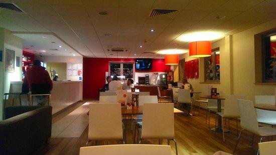 Travelodge Bracknell Central: Modern , well-designed bar and restaurant
