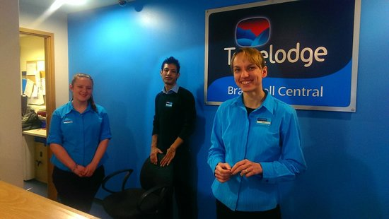 Travelodge Bracknell Central: Reception desk in the morning
