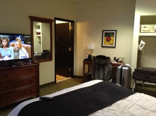 Broadway Plaza Hotel: Bedroom, with en-suite and flatscreen TV