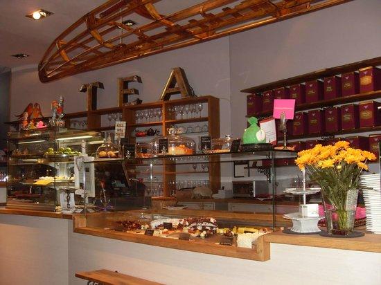 First Flush Tearoom: Balcão das Tortas