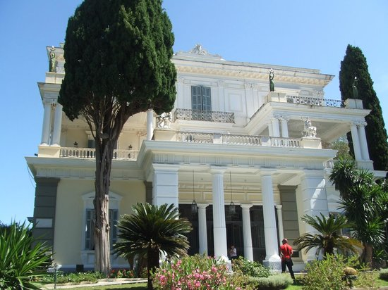 Achilleion Museum: Looking up at the palace from the grounds