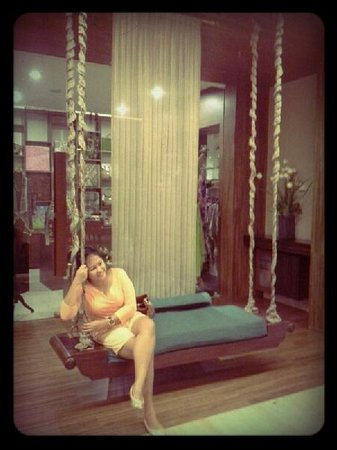 Grand Aston Yogyakarta: Giant swing on the hotel alley