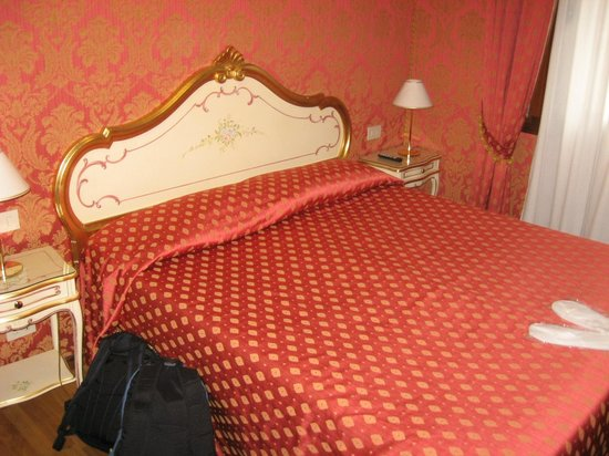Hotel Al Gazzettino: very nice room, venetian style