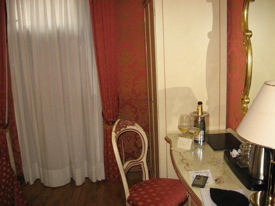 Hotel Al Gazzettino: and a bottle of prosecco for my wyfe b'day