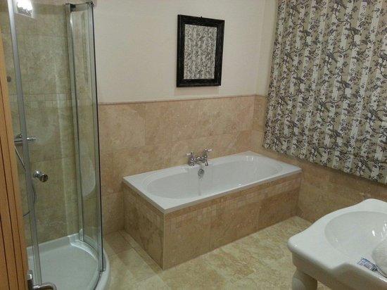 Talbot Inn: Room 3 bathroom