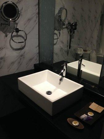 Earl's Regent Hotel: Sink area/bathroom of the rear view facing room