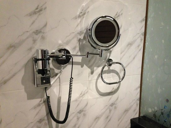 Earl's Regent Hotel: Hairdryer and shaving mirror in rear view room