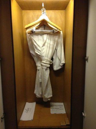 Earl's Regent Hotel: More wardrobe space in rear facing room