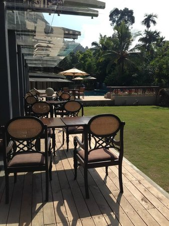 Earl's Regent Hotel : Restaurant seating area near the poolside