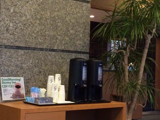 Dormy inn Premium Wakayama: 大堂一角,免費的熱咖啡!
