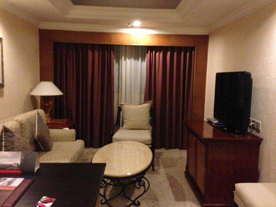 Crowne Plaza Qingdao: ベッドルームの隣にもう一部屋