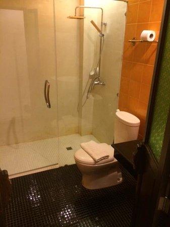 Dee Andaman Hotel: Bathroom
