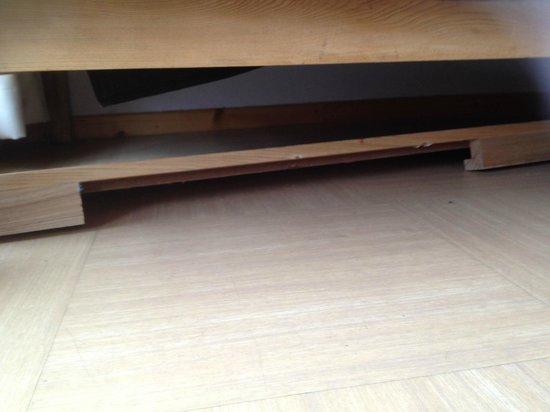 Madame Vacances Résidence Le Parc des Airelles : planche en bois sous le canapé