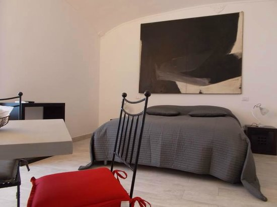 Houspitality Nero B&B: view of a bedroom with queen size bed