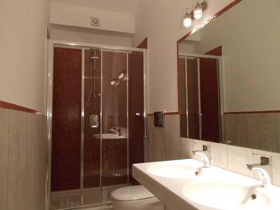 Houspitality Nero B&B: bathroom with double washbasin
