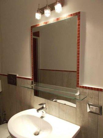 Houspitality Nero B&B: bathroom mirror
