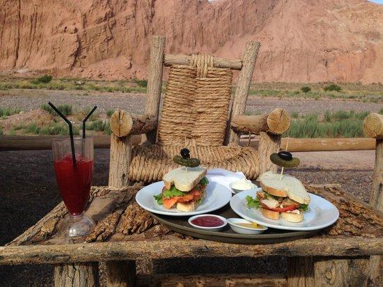 Alto Atacama Desert Lodge & Spa: Comida en la piscina
