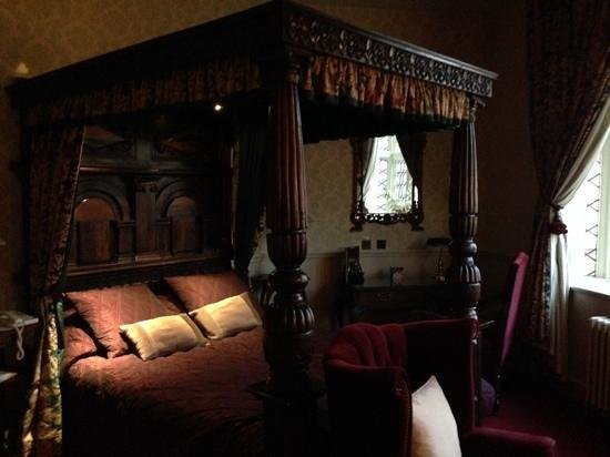 Coombe Abbey Hotel: my room fantasic space and in the old building room 138