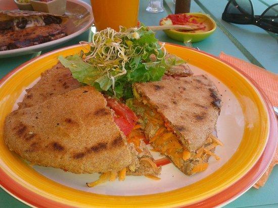 Aashi, Almacen y Cocina Natural: sandwich vegano con mouse de tofu, zanahoria, tomate, palta, hongos ,ceboola moirada