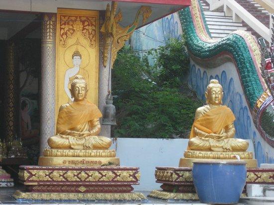 Big Buddha Temple (Wat Phra Yai): У подножия Будды