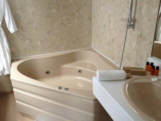 Hotel du Theatre: salle de bain balnéo