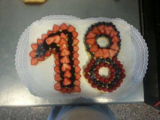 Gelateria Pasticceria Ela: Torta di compleanno personalizzata con eta' scritta con la frutta