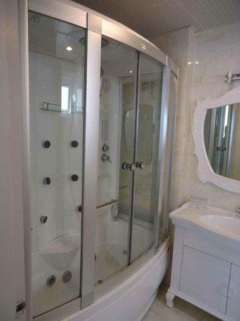 Ruby River Hotel : Ruby room bathroom