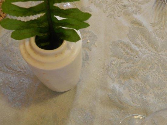 Be Live Experience Turquesa: Los manteles no los cambian, fijaros en la suciedad del jarrón.