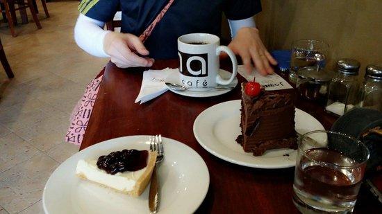 Joma Bakery Cafe: 커피 블루베리치즈케이크 초콜렛케이크