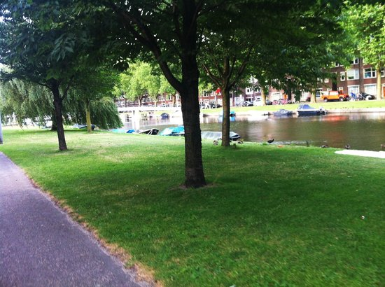 West Side Inn Hotel: nice little park next to the canal