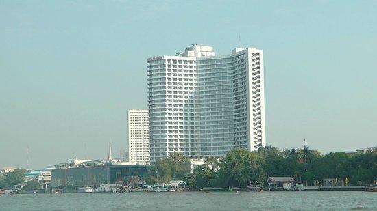 Royal Orchid Sheraton Hotel & Towers: Vue du Sheraton depuis la navette fluviale (Sheraton)
