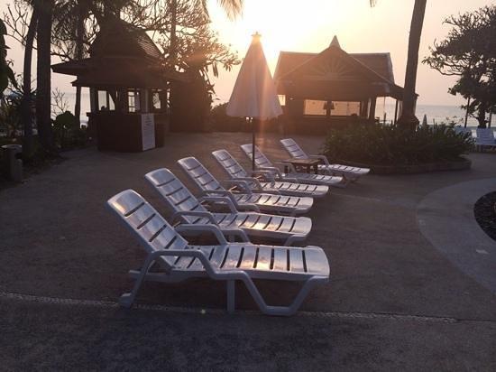 Chaweng Buri Resort: Plastic chairs