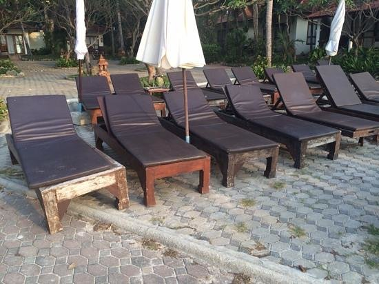 Chaweng Buri Resort: Poor condition of the beach equipment